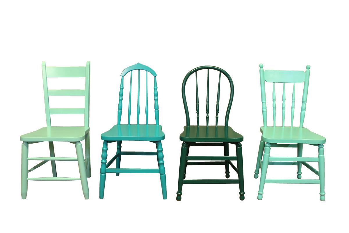 gekleurde houten stoel in blauwgroen gusj
